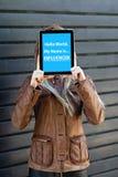 """de """"Hellowereld, mijn naam is influencer†tekst  op tablet in de jonge handen van de bloggervrouw stock foto's"""