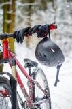 De helm hangt op de sturen stock foto's