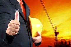 De helm van de ingenieursholding voor arbeidersveiligheid op backgroun Royalty-vrije Stock Foto