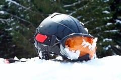 De helm van de ski met beschermende brillen op de sneeuw Royalty-vrije Stock Afbeelding