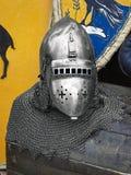 De helm van de middeleeuwse ridder met kettingspost op een houten doos royalty-vrije stock afbeeldingen