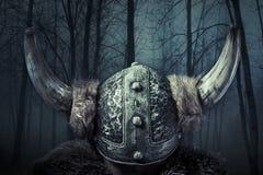 De helm, Viking-strijder, mannetje kleedde zich in Barbaarse stijl met swo Stock Fotografie