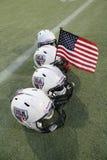 De Helmen van de Voetbal van de V.S. van het team met Amerikaanse Vlag Stock Foto