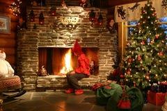 De helper die van de kerstman brand maakt Stock Foto's