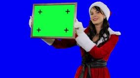 De helper van de sexy Kerstman toont kader voor het volgen van chromasleutel (aan het groene scherm) stock video
