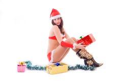 De helpermeisje dat van de kerstman een gift houdt stock afbeeldingen