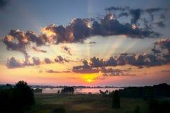 De hemel bij zonsopgang, dichte mist op de weide in vroege ochtend Royalty-vrije Stock Foto