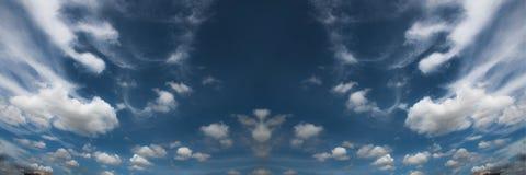 De hemel is Blauw En als zijn de regelmatige wolken wit Royalty-vrije Stock Afbeeldingen