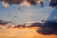 De hemel blauwe, oranje en gele kleuren van de landschaps kleurrijke zonsondergang Stock Fotografie