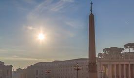 De hemel boven St Peter ` s Vierkant en de obelisk van het Vatikaan Stock Foto