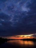 De hemel die van de avond in een rivier nadenkt Stock Foto