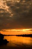 De hemel die van de avond in een rivier nadenkt Stock Afbeelding