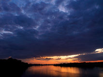 De hemel die van de avond in een rivier nadenkt Royalty-vrije Stock Foto's