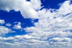 De hemel en de witte wolken. Stock Foto