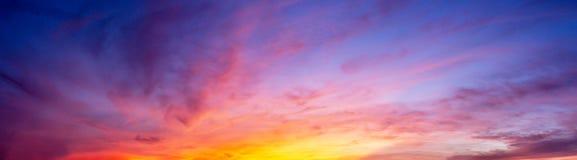 De hemel en de wolk van de panoramaschemering bij ochtend Royalty-vrije Stock Foto's
