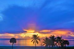 De hemel heeft een deken van donkere wolken met zonsopgang het snelle naderbij komen Royalty-vrije Stock Foto