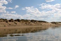 De hemel in het water, verlaten strandmeer, de zomerhemel, aard, blauwe wolk wordt weerspiegeld die, Royalty-vrije Stock Afbeeldingen