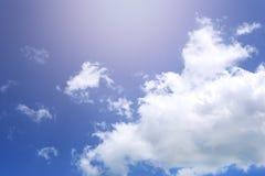De hemel met witte wolken en verlichting van de Zon stock foto's