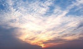 De hemel met de wolken bij zonsopgang royalty-vrije stock afbeelding