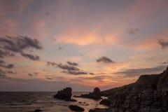 De Hemel Overzeese van de rotsenzonsopgang Oceaan Stock Foto's