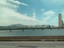 De hemel van de brugrivier en grote stadsachtergrond stock foto's