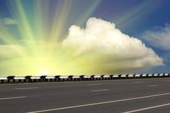 De hemel van de het asfaltzonsopgang van de weg stock foto
