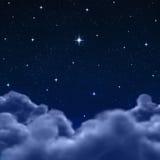 De hemel van de ruimte of van de nacht door wolken royalty-vrije illustratie