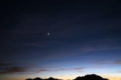 De hemel van de woestijn bij het vallen van de avond Stock Fotografie