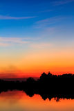 De hemel van de zonsondergang denkt in moeras na Stock Afbeelding