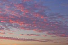 De hemel van de zonsondergang met wolken Stock Afbeeldingen