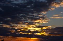 De hemel van de zonsondergang met wolken Stock Foto