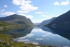 De hemel van het de bergeind van het meer royalty-vrije stock afbeelding