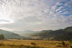 De hemel van de het dorpszonsopgang van de Carpatianberg Stock Fotografie