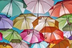 De hemel van kleurrijke paraplu's Straat met paraplu's, Portugal Stock Foto