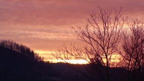 De hemel van tijdoverlappingen bij vroege ochtend stock video