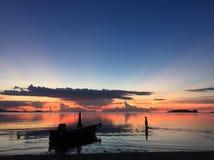 De hemel van de vissersboot betrekt het eilandparadijs van de strand mooi licht zonsondergang stock afbeelding