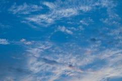 De hemel van de zonsondergang Heldere blauwe hemel Aardbeeld voor achtergrond Stock Afbeelding