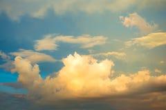 De hemel van de zonsondergang met wolken Royalty-vrije Stock Afbeeldingen