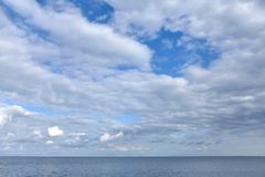 De hemel is volledig van wolken in zonnige zonnig stock afbeelding