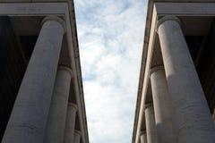 De hemel voorbij de colonnade Royalty-vrije Stock Afbeeldingen