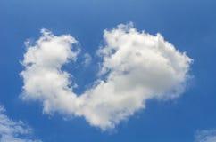 De hemel wordt gevuld met witte wolken royalty-vrije stock afbeeldingen