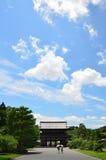De hemelachtergrond van de Ninnajitempel, de zomer van Kyoto Stock Foto's