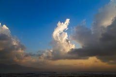 De hemelachtergrond van de wolkenzonsondergang Stock Afbeeldingen