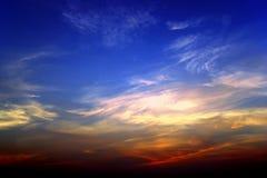 De hemelhoogtepunt van de zonsondergang van kleuren stock afbeelding