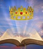 De hemelse kroon van de koninkrijksbijbel stock foto's