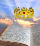 De hemelse kroon van de koninkrijksbijbel royalty-vrije stock fotografie