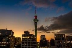 De Hemeltoren van Auckland in CBD van de binnenstad stock foto