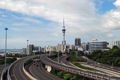 De Hemeltoren van Auckland en stadssnelweg Stock Foto's