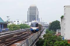 De Hemeltrein in Bangkok met de bouw Royalty-vrije Stock Fotografie