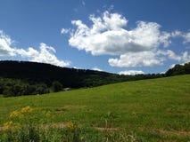 De hemelwolken van het land Stock Afbeelding